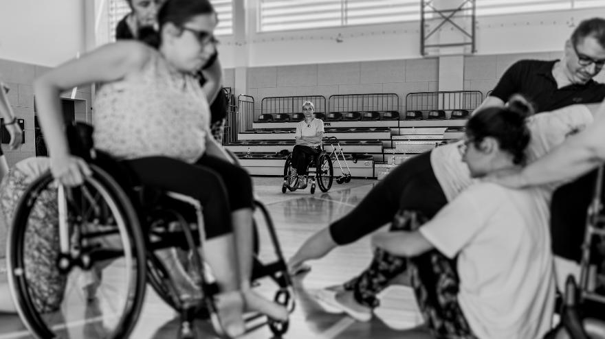 Zdjęcie: Mirek Zawada, ZAWADA_FILM, na zdjęciu: uczestnicy warsztatów tanecznych dla osób poruszających się na wózkach i dla osób normatywnych