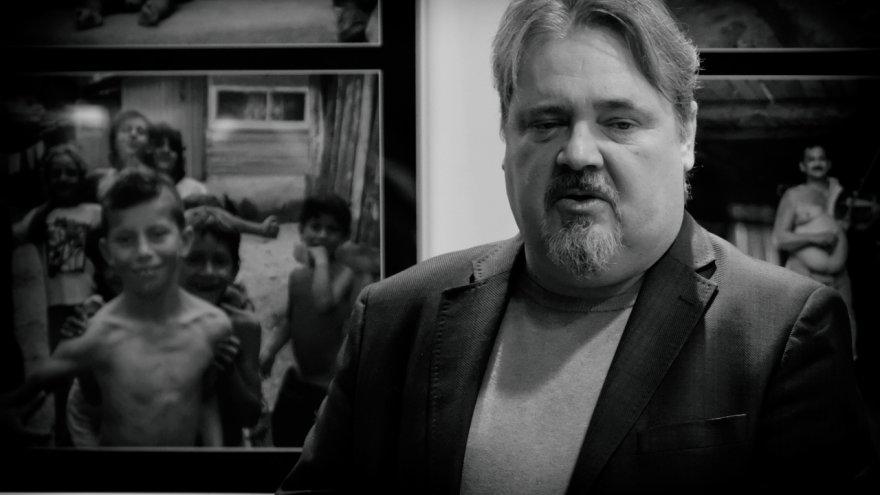"""Witold Śliwiński podczas wernisażu wystawy fotograficznej """"Forma koloru""""."""